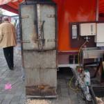 Ein Aalräucherofen auf dem Fischmarkt
