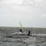Windsurfer und Kitesurfer