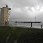 unterspülte Brücke zum Turm