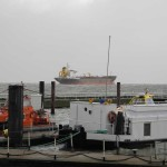 Frachter elbaufwärts bei Hochwasser