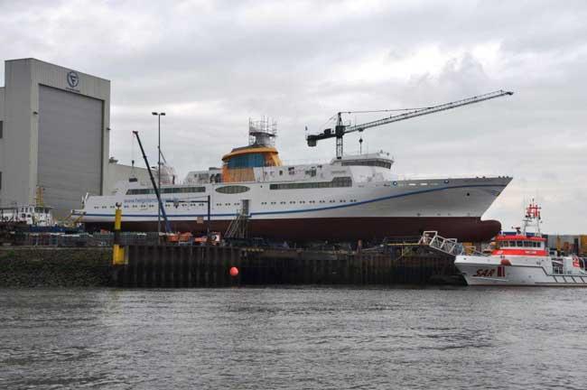die MS Helgoland vor den Toren der Fassmer Werft